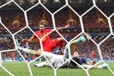 Chadli marca o gol da vitória belga sobre o Japão