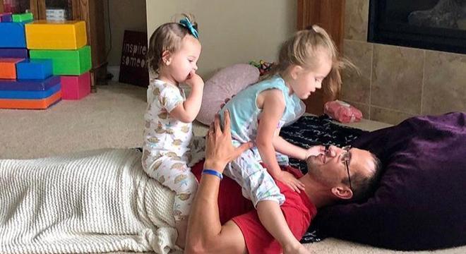 Matt ama brincar com suas filhas