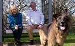 Neste mês, Bella também ganhou um novo lar ao lado de um casal de aposentados. Maggie Mellish e Charlie Douglas resolveram adotá-la após ver sua história nos jornais