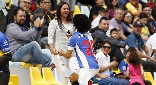 Bello pede Gabriel em casamento depois de fazer gol