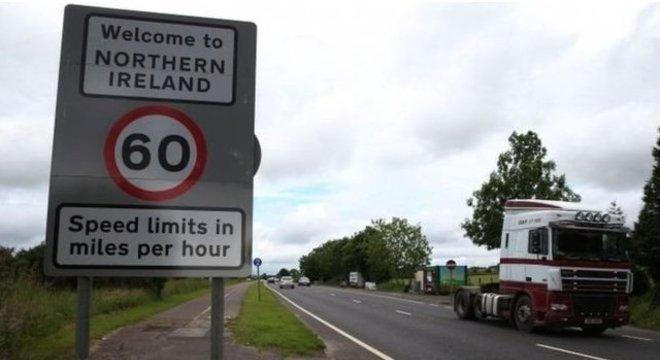'Bem-vindo à Irlanda do Norte', diz placa na fronteira, que hoje é mantida aberta por conta do histórico acordo de entre as Irlandas