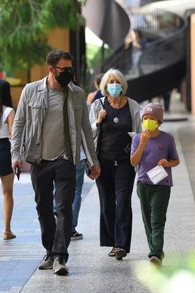 Ben foi fotografado enquanto passeava por Century City, em Los Angeles, com a mãe, Sam, e o filho Samuel, de 9 anos