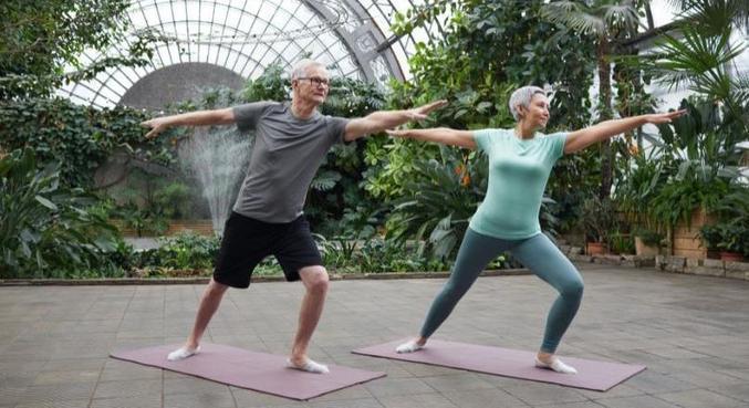 Uma simples caminhada diária ou exercícios em casa já deixam seu corpo mais disposto