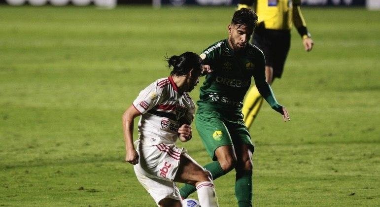 Benítez voltou a ser titular, fez um belo gol, mas não evitou novo tropeço