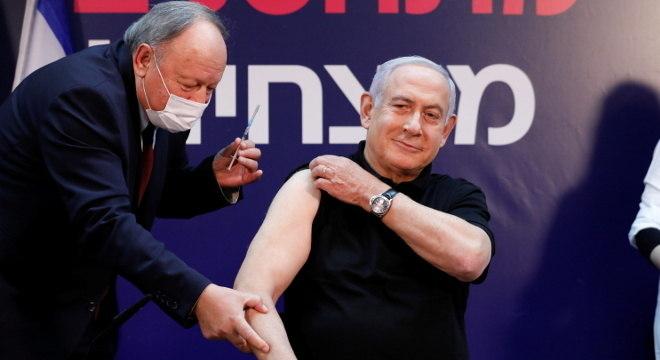 Benjamin Netanyahu foi o primeiro a receber a vacina contra covid em Israel