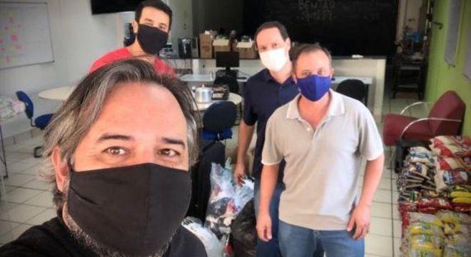 Equipes das Etecs preparam kits com alimentos e materiais de limpeza