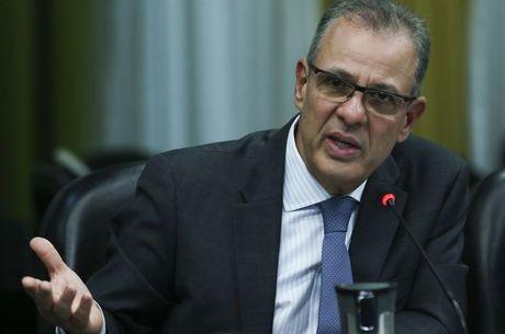 Brasil trabalha para não ficar refém de alta do petróleo, afirma ministro
