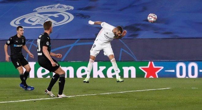 uma das duas testadas de Benzema em Real Madrid 2 X 0 M'gladbach