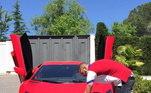 Não satisfeito com um, o francês ostenta dois modelos do automóvel nas redes sociais. Pela foto da para ver o estilo das portas, que se abrem para cima
