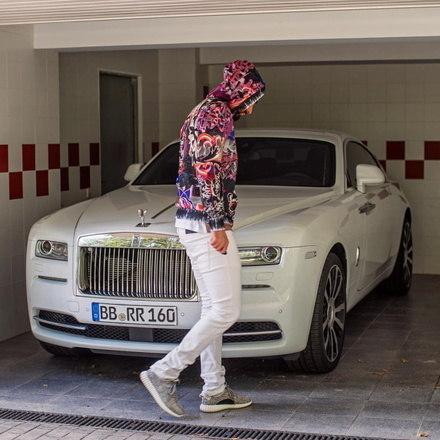 Além das casas, o astro ainda tinha alguns carros de luxo que ficavam na Argentina e outros fora do país. Em Dubai, o craque tinha um Rolls Royce Ghost, avaliado em 300 mil euros (R$ 1,9 milhão), semelhante ao do atacante Benzema, que também gosta do automóvel