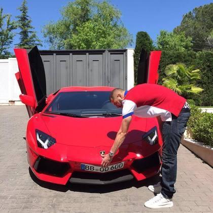 Um clássico para os amantes dos carros, a Lamborghini Aventador S, avaliada em cerca deR$ 7 milhões, não poderia ficar de fora dessa garagem