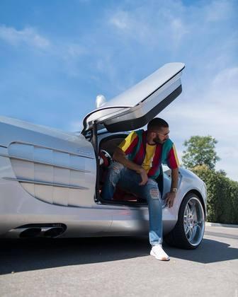No mesmo estilo, com portas que abrem em formato gaivota, a Mercedes Benz-SLR é avaliado em cerca de R$ 2,3 milhões