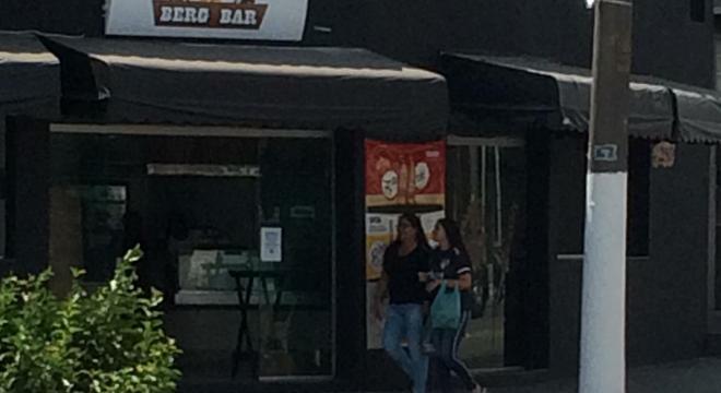 Bar foi interditado pela prefeitura na sexta, mas já está com porta aberta