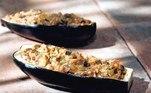 Em fogo médio, aqueça 1 colher de chá de azeite numa frigideira grande. Refogue as cebolas por 3 minutos, adicione a berinjela, os tomates, as nozes, a canela, o orégano e ¼ xícara de água. Tempere com sal e pimenta a gosto e cozinhe por 8 minutos ou até que os vegetais estejam castanhos, mexendo ocasionalmente. Pré-aqueça o forno na temperatura máxima e, em uma tigela, misture o farelo de pão com 4 colheres de chá de azeite. Pincele cada casca de berinjela com ½ colher de chá de azeite e coloque-as na assadeira viradas para cima. Diminua a temperatura do forno para 190°. Divida o recheio entre as canoas de berinjela. Polvilhe cada berinjela recheada com a mistura de farelo de pão e cubra com queijo feta. Asse por 35 minutos.