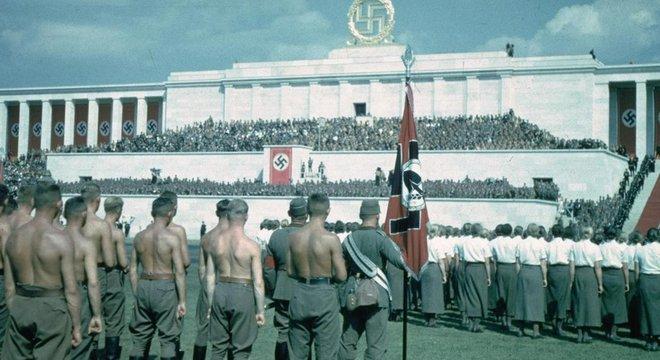 Inspirado na reconstrução que Mussolini empreendeu na arquitetura de Roma, Hitler buscou disseminar o estilo arquitetônico clássico em Berlim
