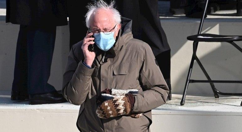 Senador Bernie Sanders na cerimônia de posse com suas luvas de lã reciclada