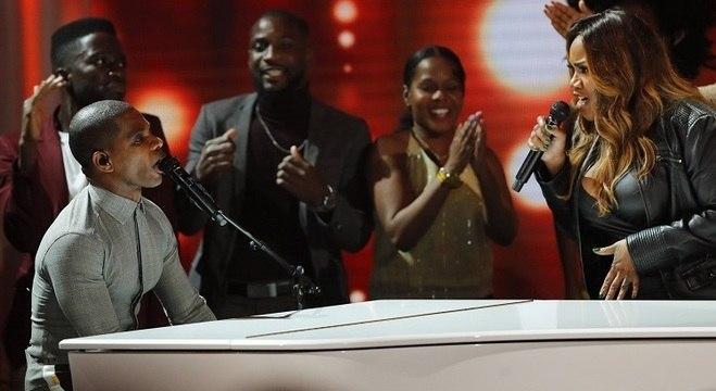 Kirk Franklin se apresenta com Kelly Price durante BET Awards