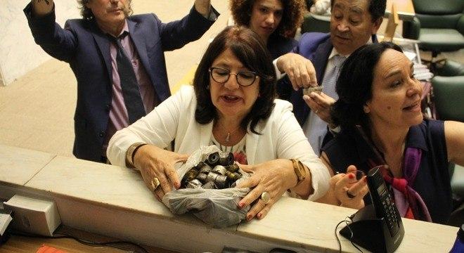 Deputada Beth Sahão (PT-SP) mostra artefatos usados contra manifestantes