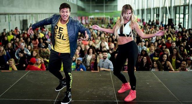 Beto Perez dançando em um evento de Zumba na Espanha