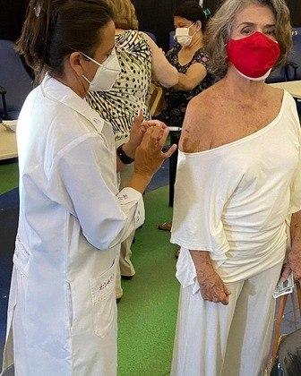 Betty Faria, de 79 anos, engrossa a lista de famosos vacinados contra acovid-19. A atriz foi imunizada no dia 1 de março. Ela compartilhou nas redes sociais o instante em que recebeu a aplicação da primeira dose.