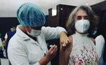 A atriz Betty Faria recebeu a segunda dose da vacina contra a covid-19 no dia 24 de maio. Ela celebrou nas redes sociais: 'Comecei o dia levando a segunda dose'. Fãs e famosos também comemoraram e encheram a estrela de elogios