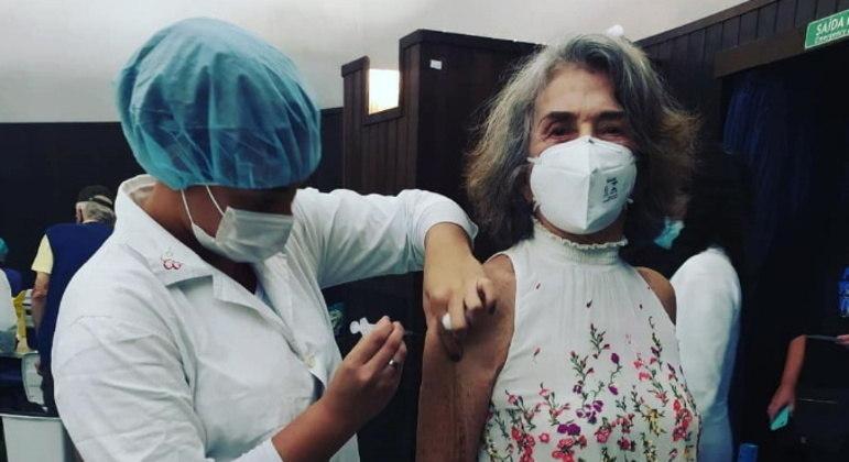 A atriz Betty Faria recebeu a segunda dose da vacina contra a covid-19 no dia 24 de maio. Ela celebrou nas redes sociais: