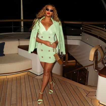 Beyoncé divulgou diversas fotos da noite de romance ao lado do marido, mostrando detalhes de seu look verde