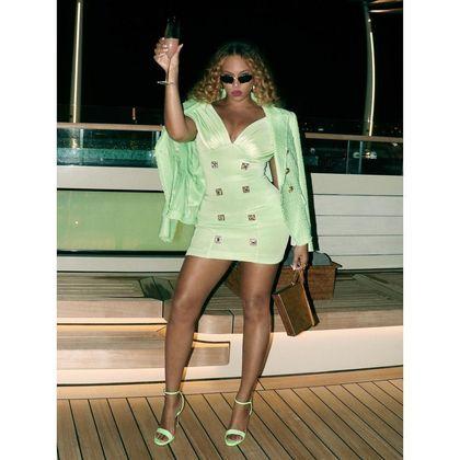 A mãe de Beyoncé, a estilista e empresária Tina Knowles, também está na viagem, mas não apareceu em nenhuma das fotos da noite desta terça-feira (14)