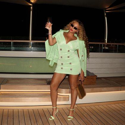 Sem legendar as imagens, Beyoncé compartilhou também uma foto na qual segura uma taça de bebida