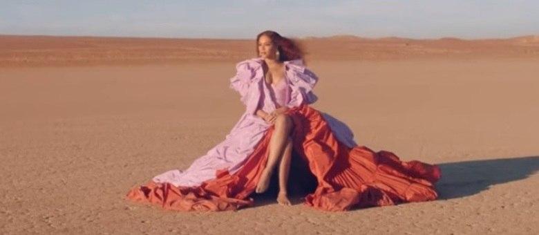 Cantora também usou vestido da Valentino em videoclipe de Spirit