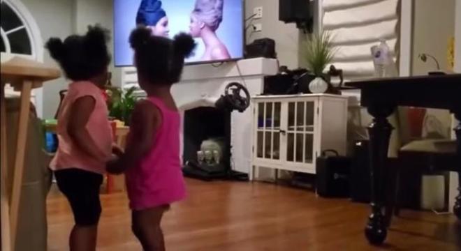 Primas são fãs da Beyoncé e reproduziram gesto de carinho igual ao videoclipe
