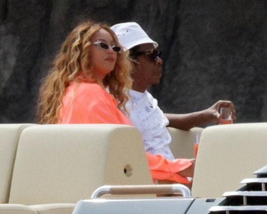 Beyoncé e Jay-Z foram flagrados em vários momentos de puro romance durante as férias na Itália