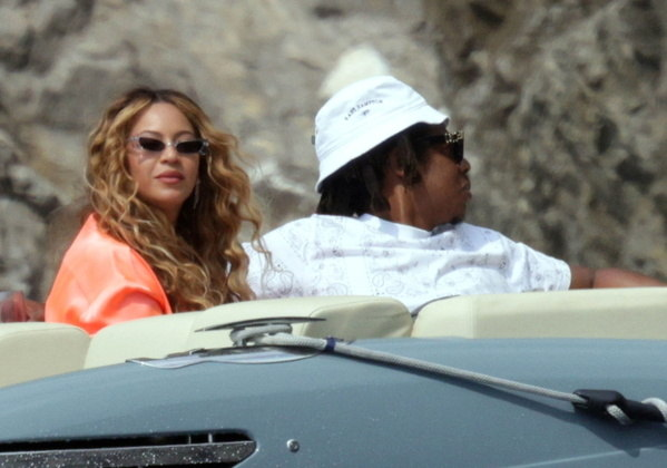 Beyoncé e Jay-Z estão em Capri, na Itália, curtindo férias em família. Os cantores foram fotografados durante um passeio luxuoso de barco