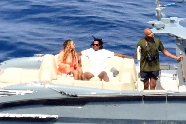 O casal aproveitou também um momento romântico em uma embarcação menor. Beyoncé celebrou seu aniversário de 40 anos durante a viagem