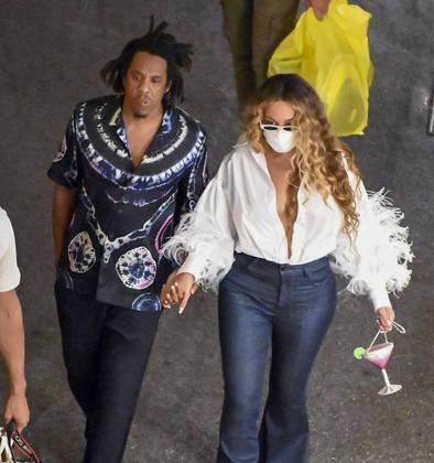 O casal foi flagrado de mãos dadas em outro passeio noturno por Capri, com direito a jantar especial