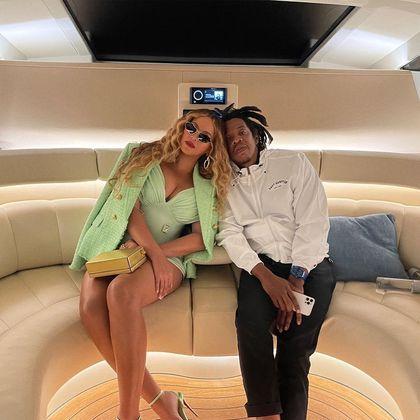 Beyoncé e Jay-Z continuam aproveitando momentos de folga em Capri, na Itália. O casal está no iate do empresário Jeff Bezos, dono da Amazon, que é avaliado em cerca de R$ 2 bilhões