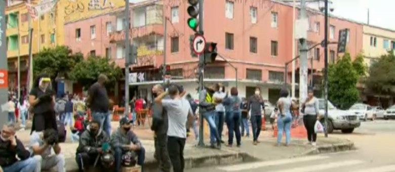 Houve aglomeração em frente a um shopping popular da cidade