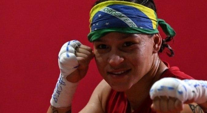 Bia Ferreira esbanja alegria fora do ringue e seriedade dentro dele