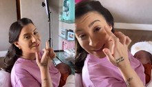 Bianca Andrade se maquia com uma mão só enquanto amamenta