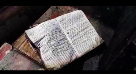Após incêndio que atingiu mercado em Limeira (SP), uma Bíblia foi encontrada praticamente intacta em meio aos escombros