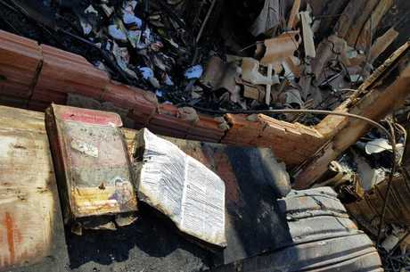 Bíblia resistiu a incêndio e foi achada aberta
