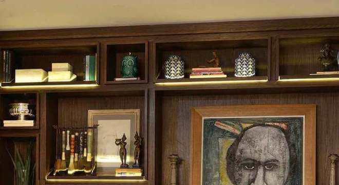 biblioteca com nichos de madeira iluminados