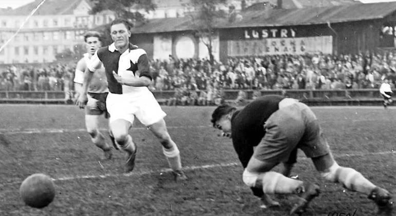Josef Bican, austro-tcheco, 805 ou 821 gols na carreira