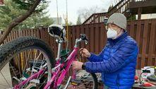 Homem começou a consertar bicicletas após roubarem a sua