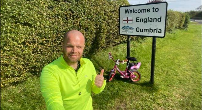 Pai usou a bicicleta de sua filha de 8 anos para fazer seu trajeto