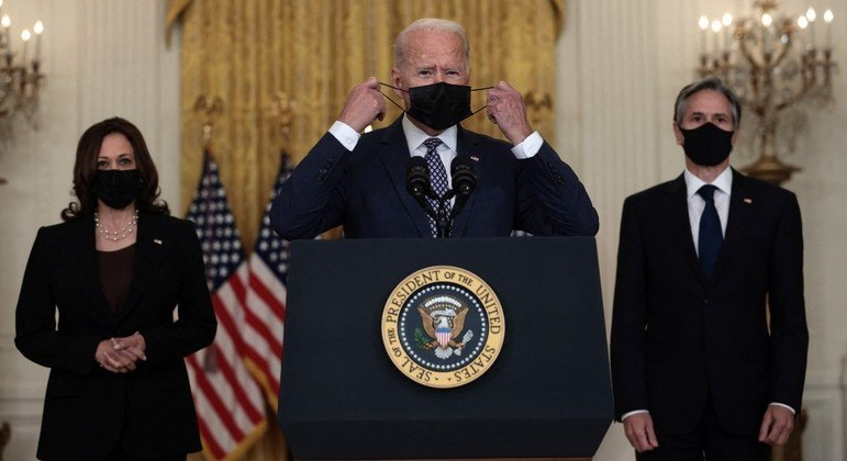 Joe Biden (centro) deve anunciar nas próximas horas novas medidas contra o novo coronavírus