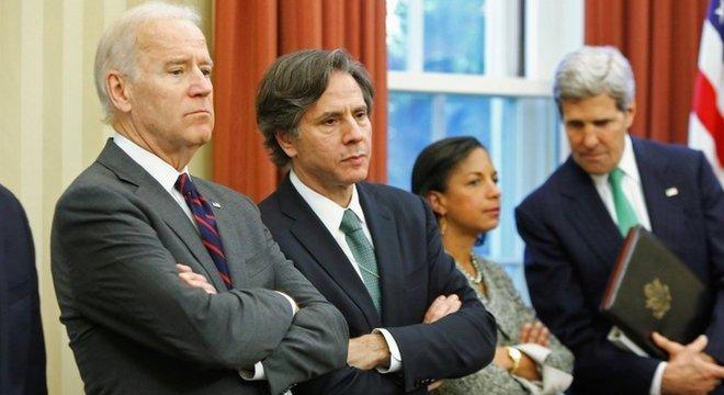 Antony Blinken (segundo à esquerda) e John Kerry (à direita) figuram entre os nomes anunciados para participar da equipe do governo Biden