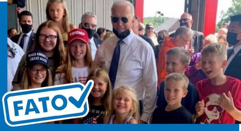 Biden posa ao lado de crianças; algumas estão usando roupas pró-Trump