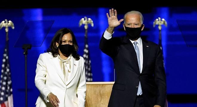 O presidente eleito Joe Biden e a vice Kamala Harris no discurso da vitória, no sábado (7), em Wilmington, Delaware