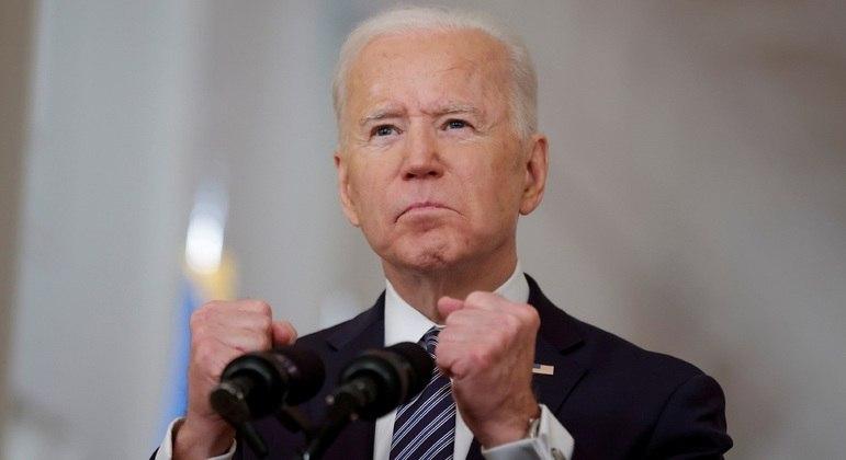 Biden anuncia que todos os adultos poderão ser vacinados a partir de maio